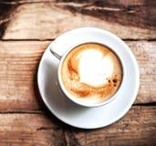 Taza de café para el desayuno en la tabla de madera rústica, visión superior Ca fotos de archivo