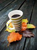Taza de café Por debajo las hojas de otoño Foto de archivo