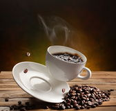 Taza de café que cae Imagen de archivo