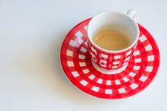 Taza de café rayada roja foto de archivo libre de regalías