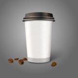 Taza de café realista en blanco del papel del vector con las habas Fotografía de archivo libre de regalías