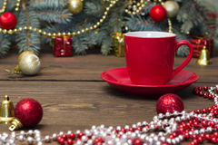 Taza de café roja con los juguetes de la Navidad Fotos de archivo