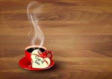 Taza de café roja con una nota en forma de corazón de la tarjeta del día de San Valentín Fotografía de archivo libre de regalías