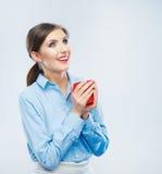 Taza de café roja del control del retrato de la mujer de negocios Foto de archivo