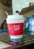 Taza de café roja en el ordenador portátil Fotografía de archivo libre de regalías