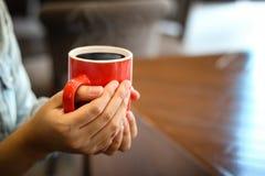 taza de café roja en la madera del vintage Visión superior, taza en tabl de madera Fotos de archivo libres de regalías