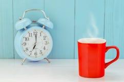 Taza de café roja en la tabla de madera Fotos de archivo