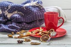Taza de café roja en una placa, fondo de madera, bebida, mañana de la Navidad Fotos de archivo libres de regalías