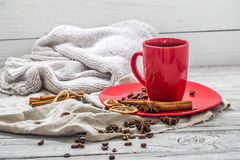 Taza de café roja en una placa, fondo de madera, bebida, mañana de la Navidad Fotografía de archivo libre de regalías