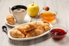Taza de café sólo con el platillo, cruasanes frescos en el porce blanco Foto de archivo libre de regalías