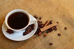 Taza de café sólo en fondo de la arpillera imagen de archivo libre de regalías