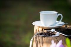 Taza de café sólo y de granos de café Foto de archivo libre de regalías