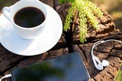 Taza de café sólo y de granos de café Imagen de archivo libre de regalías