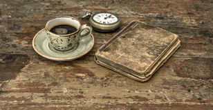 Taza de café sólo y de libro de la antigüedad Aún vida retra Imágenes de archivo libres de regalías