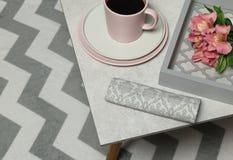 Taza de café, servilleta, flores colocadas en la tabla de piedra gris fotografía de archivo libre de regalías