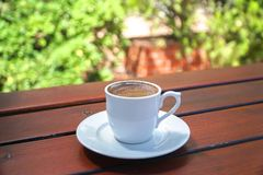 Taza de café turco en una tabla de madera fotos de archivo libres de regalías