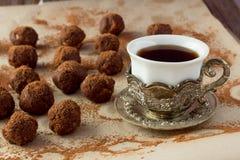 Taza de café turco y de bolas hechas en casa de la trufa Fotografía de archivo libre de regalías