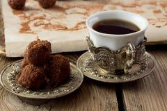 Taza de café turco y de bolas hechas en casa de la trufa Imágenes de archivo libres de regalías