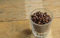 Taza de café, un fondo de madera Fotos de archivo libres de regalías