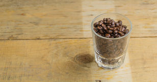 Taza de café, un fondo de madera Fotografía de archivo