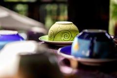 Taza de café usada en café imagenes de archivo