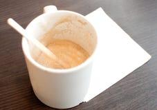 Taza de café vacía con la servilleta blanca Imagen de archivo libre de regalías
