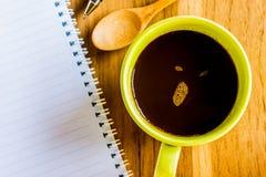 Taza de café verde con los materiales de oficina Foto de archivo libre de regalías