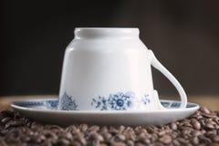 Taza de café vieja con los granos de café Fotos de archivo