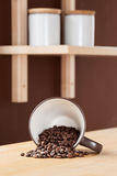 Taza de café volcada con Coffe derramado   fotos de archivo