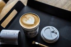 Taza de café y de azúcar en la bandeja de la tabla fotos de archivo libres de regalías