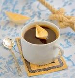 Taza de café y barco del papel imagen de archivo