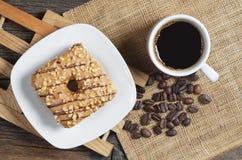 Taza de café y de buñuelo con el esmalte Fotografía de archivo libre de regalías