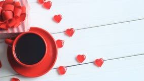 Taza de café y caja de regalo rojas en la tabla de madera Fotos de archivo libres de regalías