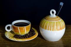 Taza de café y cuenco de azúcar Foto de archivo libre de regalías