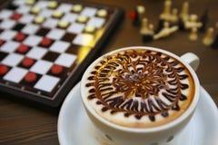 Taza de café y de ajedrez Imagen de archivo libre de regalías