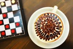 Taza de café y de ajedrez Imagen de archivo