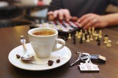 Taza de café y de ajedrez Fotografía de archivo libre de regalías