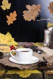 Taza de café y de amoladora de café Fotografía de archivo libre de regalías