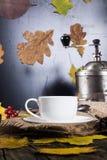 Taza de café y de amoladora de café Fotos de archivo libres de regalías