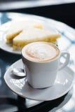 Taza de café y de bocadillo Fotos de archivo libres de regalías