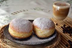 Taza de café y de buñuelo dulce Fotografía de archivo libre de regalías