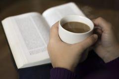 Taza de café y de buen libro Fotografía de archivo libre de regalías