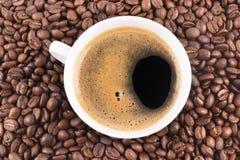 Taza de café y de café-habas Fotografía de archivo libre de regalías
