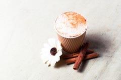 Taza de café y de canela en harpillera Fotos de archivo