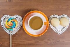 Taza de café y de caramelo en de madera foto de archivo libre de regalías