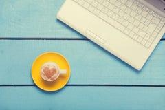 Taza de café y de computadora portátil Imágenes de archivo libres de regalías