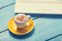 Taza de café y de computadora portátil Fotos de archivo