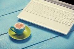 Taza de café y de computadora portátil Fotografía de archivo