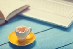 Taza de café y de computadora portátil Fotografía de archivo libre de regalías