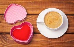 Taza de café y de corazón en la caja Foto de archivo libre de regalías
